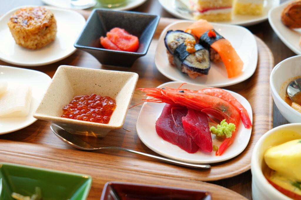 HOTEL & SPA センチュリーマリーナ函館 朝食(ブレックファスト) ユーヨーテラスハコダテ テーブルの上の海鮮
