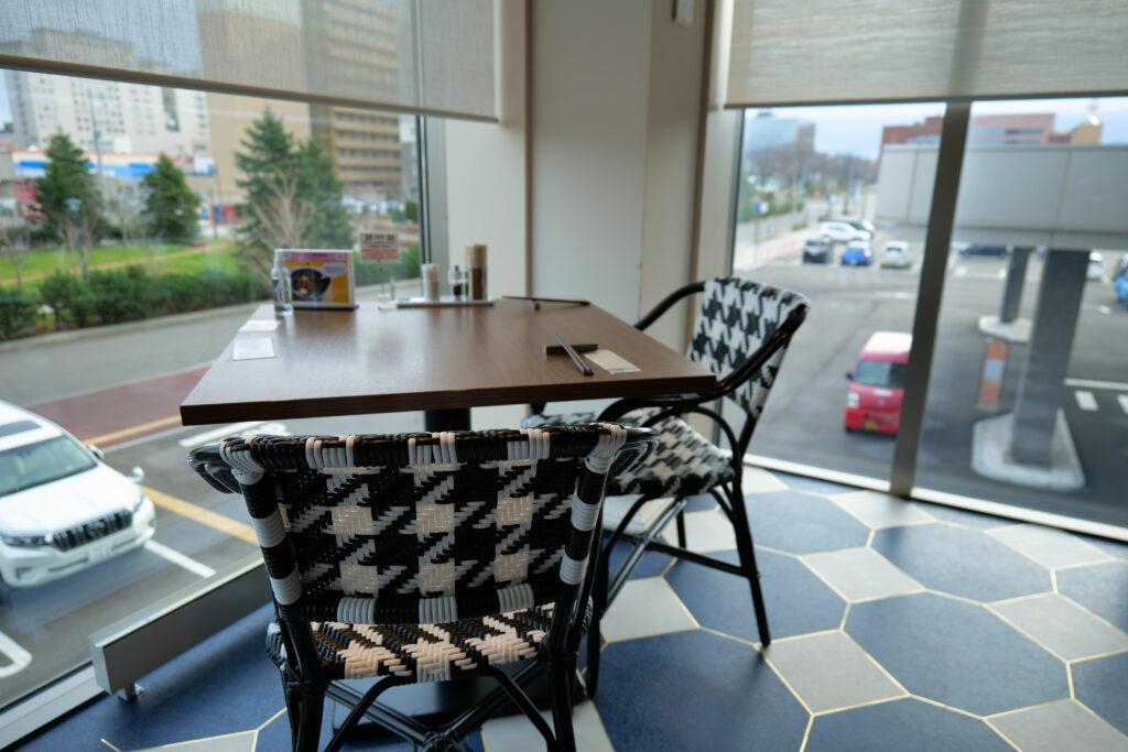 HOTEL & SPA センチュリーマリーナ函館 朝食(ブレックファスト) ユーヨーテラスハコダテ テーブルとイス 角窓席