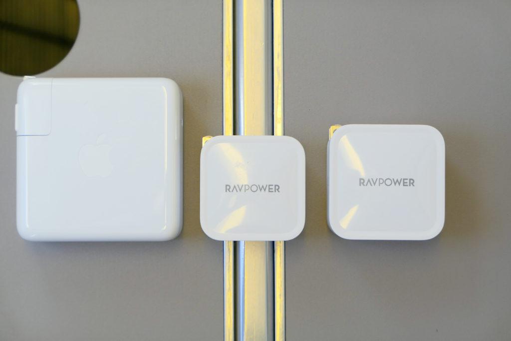 Apple純正96W電源アダプタ(MX0J2AM/A)RAVPower61W電源アダプタ(RP-PC112)RAVPower65W電源アダプタ(RP-PC133)比較 左側面