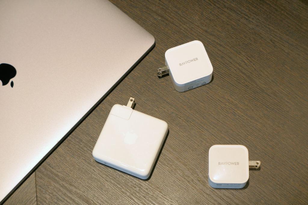 Apple純正96W電源アダプタ(MX0J2AM/A)RAVPower61W電源アダプタ(RP-PC112)RAVPower65W電源アダプタ(RP-PC133)比較 with MacBook Pro 16インチ