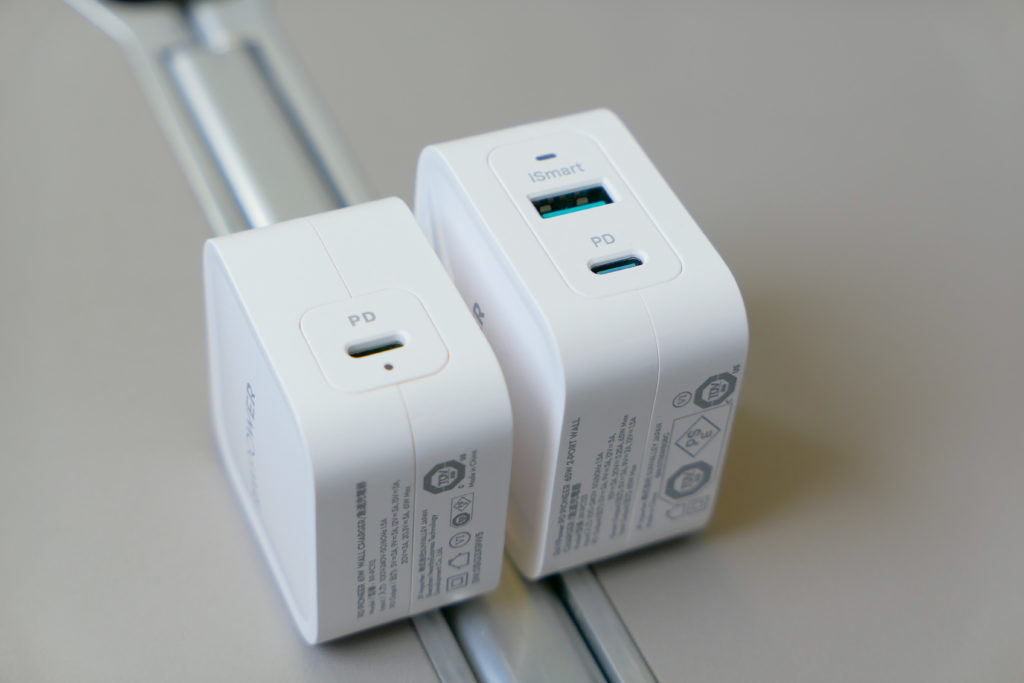 RAVPower61W電源アダプタ(RP-PC112)RAVPower65W電源アダプタ(RP-PC133)比較 左側アングル