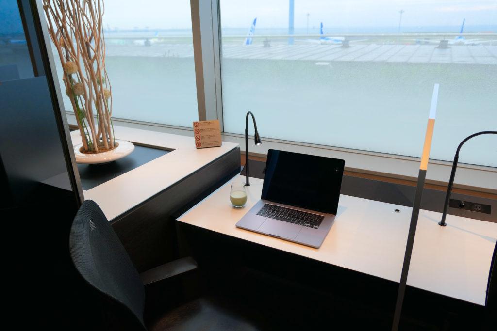 羽田空港第2ターミナル(国内線)ANA北ラウンジ窓側デスク席MacBook Pro 16インチ Ultimateモデル