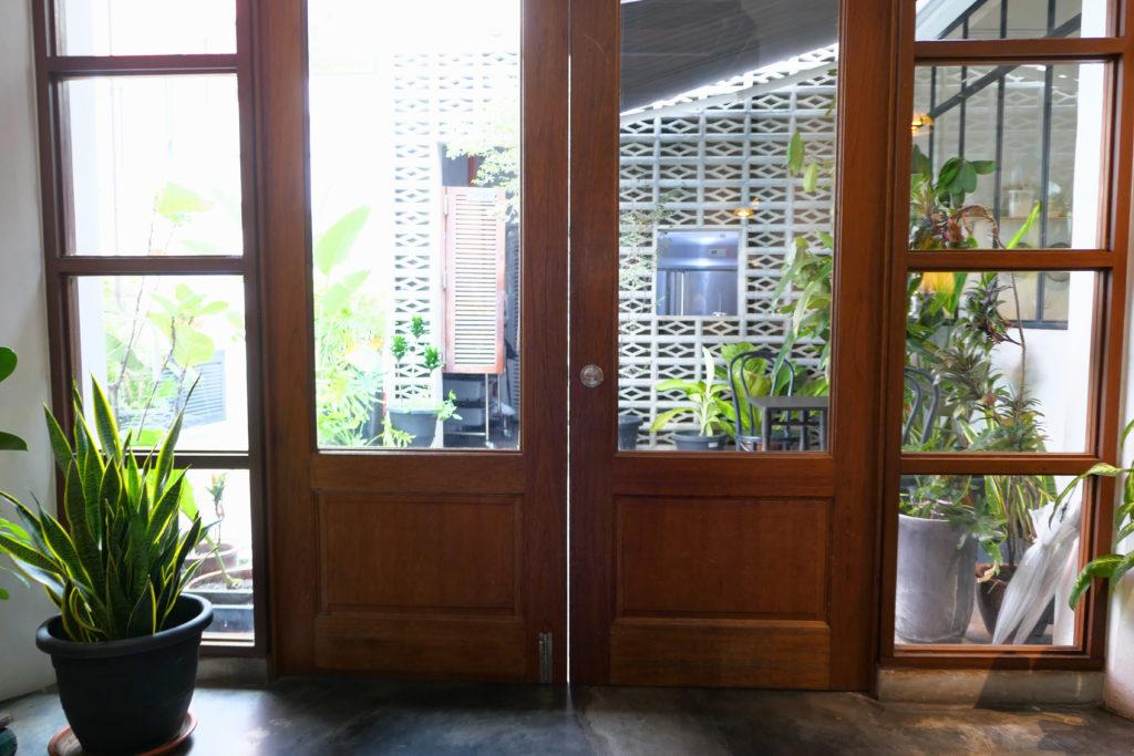 Heesan Kopi(囍叁隔壁)ドアから外へ