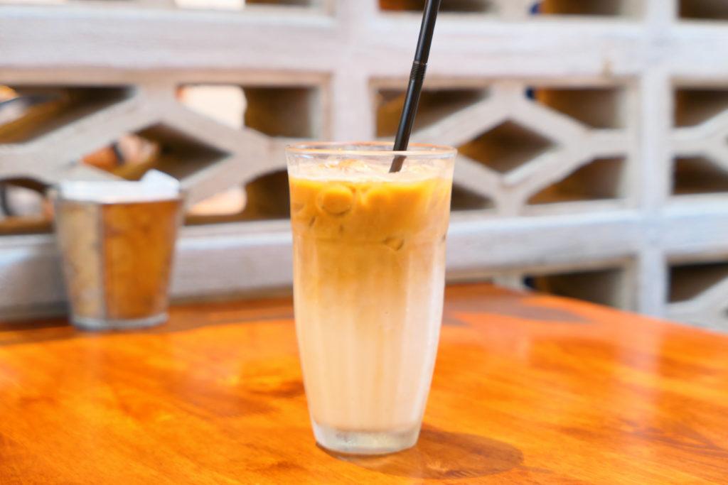 Heesan Kopi(囍叁隔壁)アイスカフェラテ