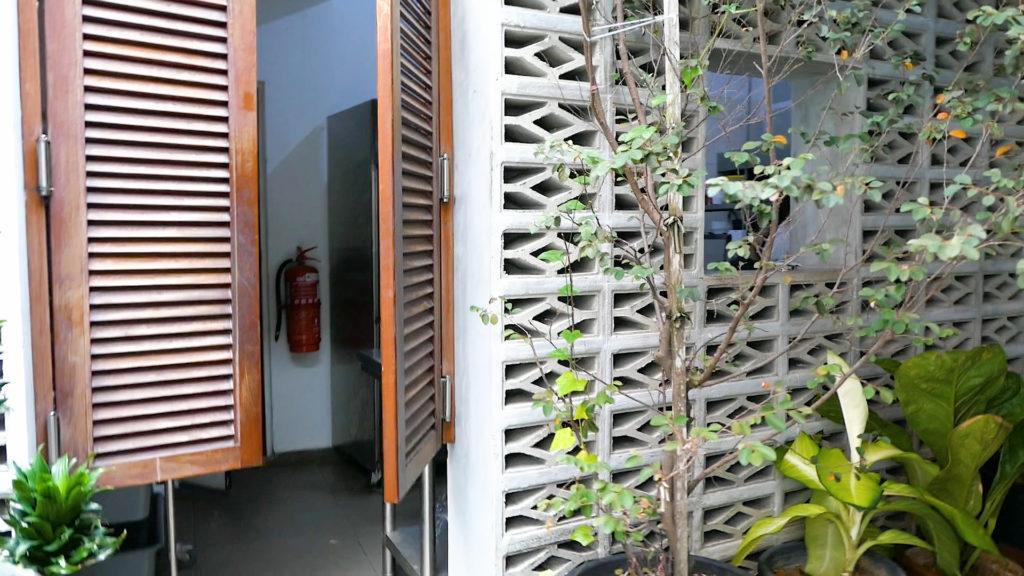 Heesan Kopi(囍叁隔壁)厨房ドア