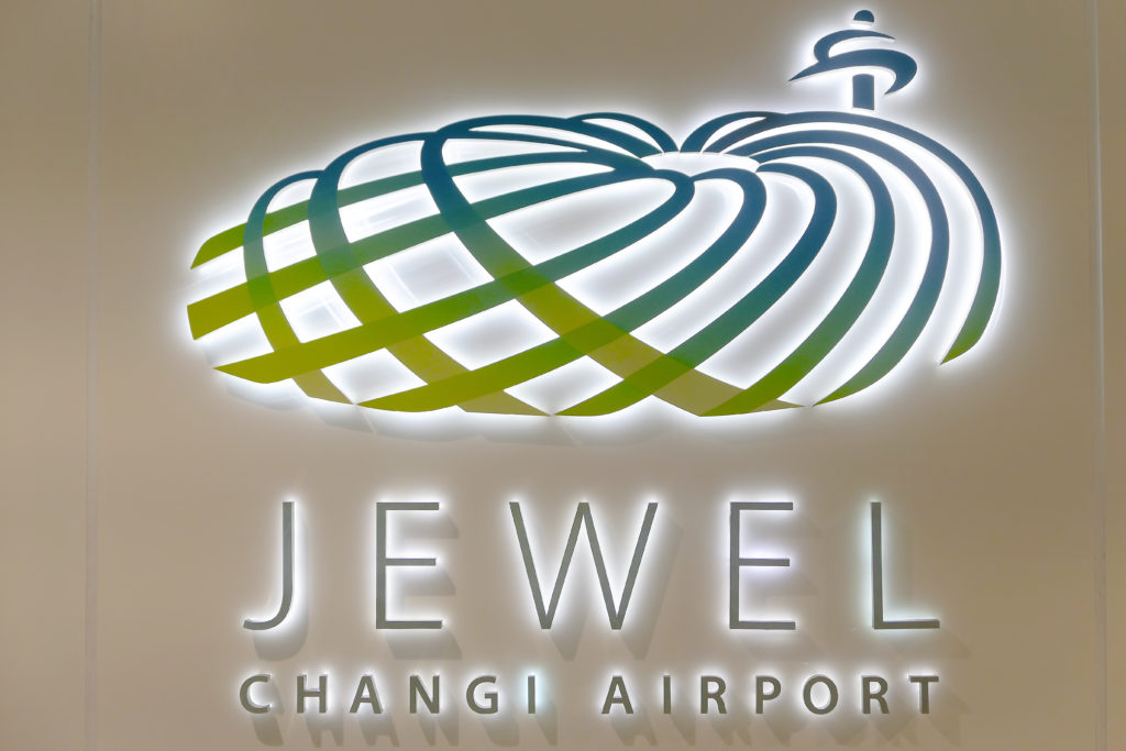 シンガポール チャンギ国際空港の壁 ジュエル チャンギ エアポート ロゴ