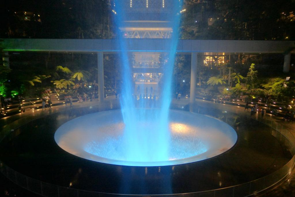 ジュエル チャンギ エアポート 滝 レイン・ボルテックス 光と音のショー 下側 水色 夜