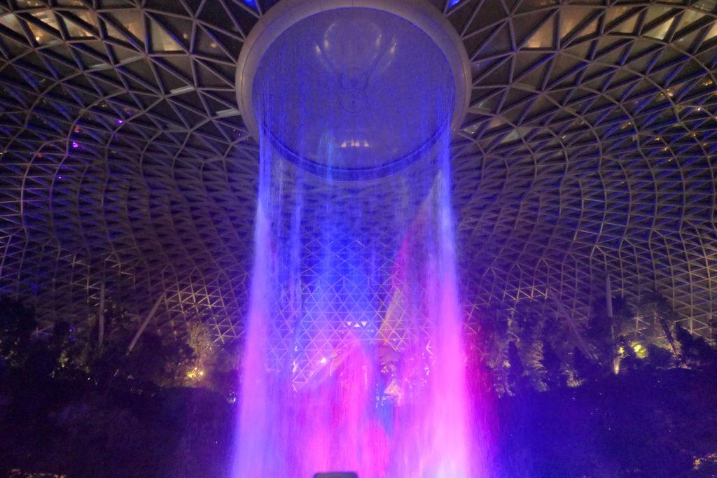ジュエル チャンギ エアポート 滝 レイン・ボルテックス 光と音のショー 上側 青紫 夜