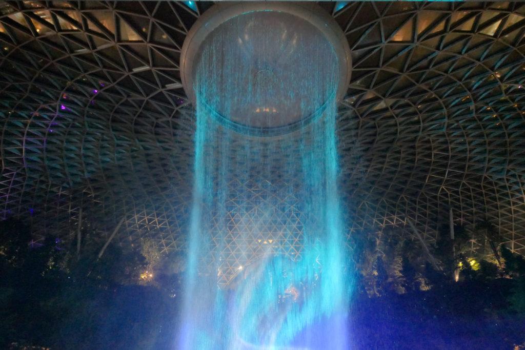 ジュエル チャンギ エアポート 滝 レイン・ボルテックス 光と音のショー 上側 水色 夜