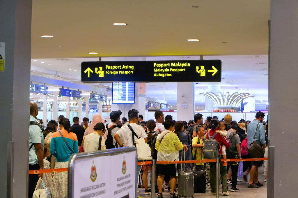 クアラルンプール国際空港KLIA2入国審査の列