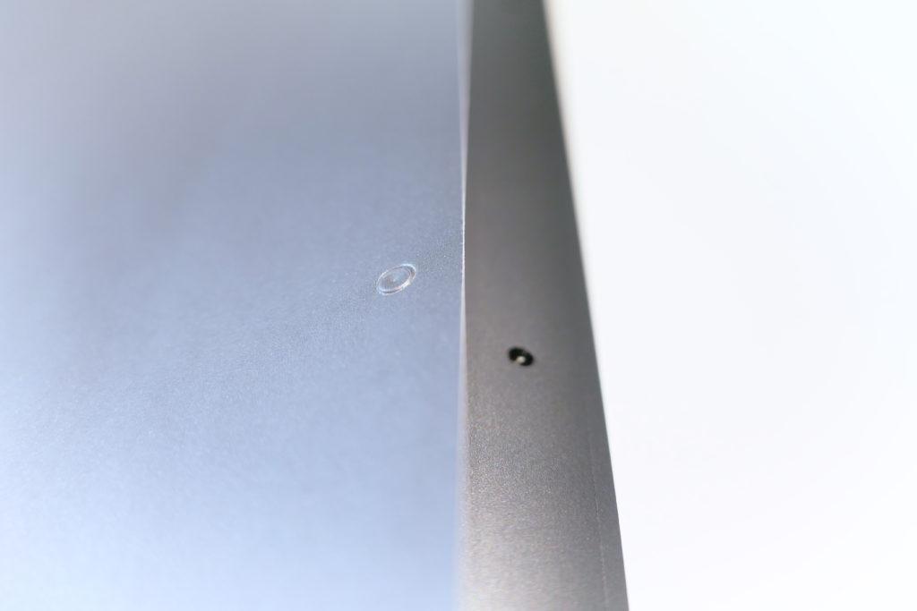 LENTION 16インチMacBook Pro 2019 全面保護シルバースキンシール 液晶保護フィルム 5テンセット 3M技術4H硬度(スペースグレイ)ネジ穴シール横アングル