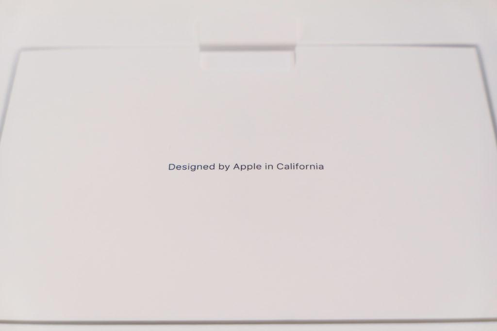 Macbook Pro 16インチ Ultimateモデル 開封 スリーブに入ったMacbook Pro 16インチ Ultimateモデル Designed by Apple in California