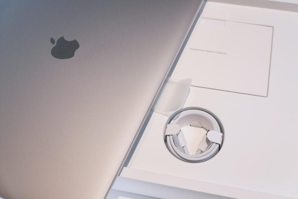 Macbook Pro 16インチ Ultimateモデル 開封 スリーブに入ったMacbook Pro 16インチ Ultimateモデルの下