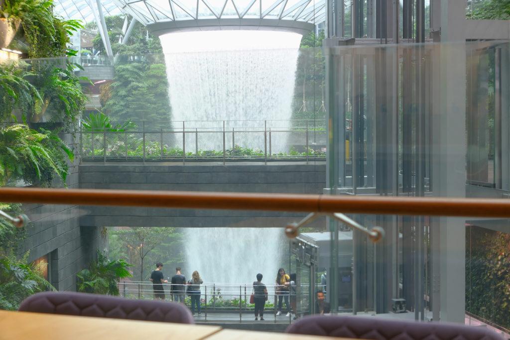 ヨーテルエア シンガポール チャンギ エアポートから朝のジュエル チャンギ エアポート 滝 レイン・ボルテックスを眺望