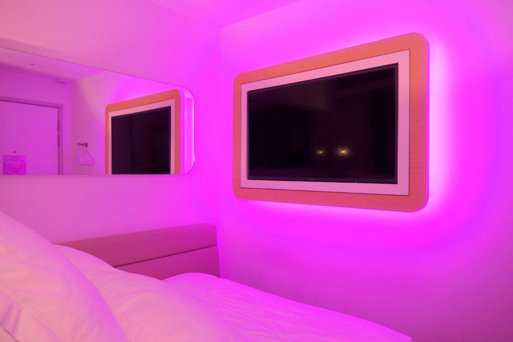 ヨーテルエア シンガポール チャンギ エアポート キャビン249 紫 照明 テレビ